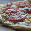 Pizza sa sirom i paradajzom